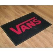 Tapis GRAND PASSAGE pubicitaire fond noir et logo VANS