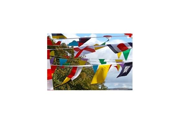 Accrochez les guirlandes drapeaux à vos festivités